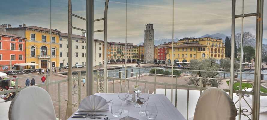 Das Hotel genießt eine großartige Lage mit Blick auf den Gardasee, direkt am Platz von Riva del Garda.