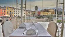 Gardasøen og havnefronten kan ses, mens I spiser på hotellets restaurant.