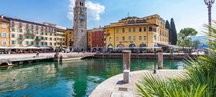 Hotel Sole har en helt fantastisk beliggenhed lige ned til Gardasøen i den hyggelige norditalienske by Riva del Garda.