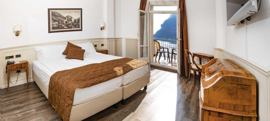 De flotte, lyse og enkelt indrettede værelser danner nogle dejlige rammer om Jeres ophold i Norditalien.