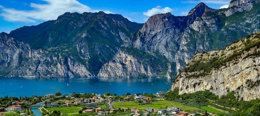 Området rundt Gardasjøen byr på mange muligheter med alt fra båtturer og strandliv til nydelig natur og historiske slott.