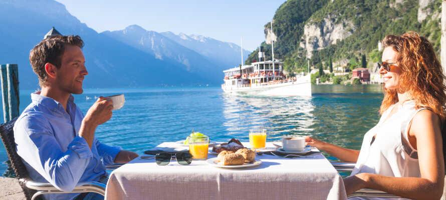 Nyd en kop kaffe og tag den fantastiske udsigt ind på hotellets hyggelige terrasse.