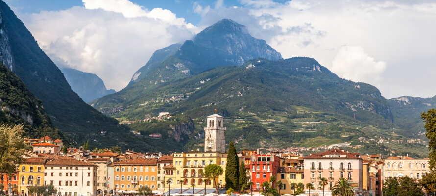 Gå på opdagelse i den smukke og charmerende havneby, Riva del Garda.