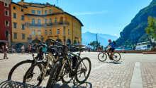 Hotellet ligger i den hyggelige norditalienske byen Riva del Garda.