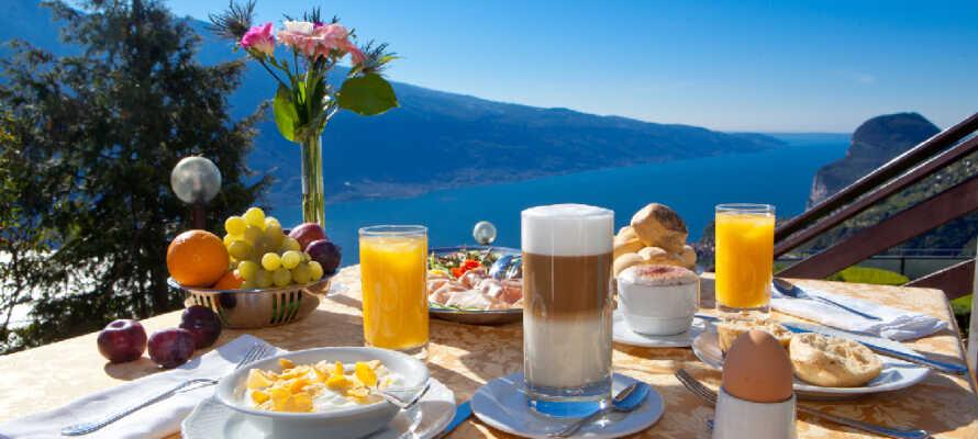 Det er ofte naturscenerne, der tiltrækker besøgende til Gardasøen. Nyd morgenmaden med bjergene som baggrund.