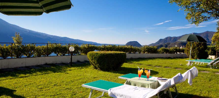 Nyd en drink i liggestolene og beundre det vidunderlige landskab. Udsigten er storslående!