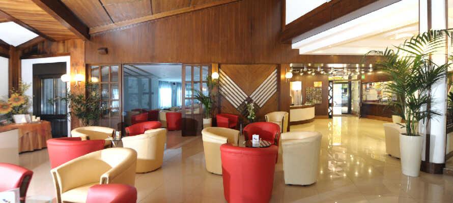 I hotellets lobby kan du slappe af og planlægge dagens udflugter.