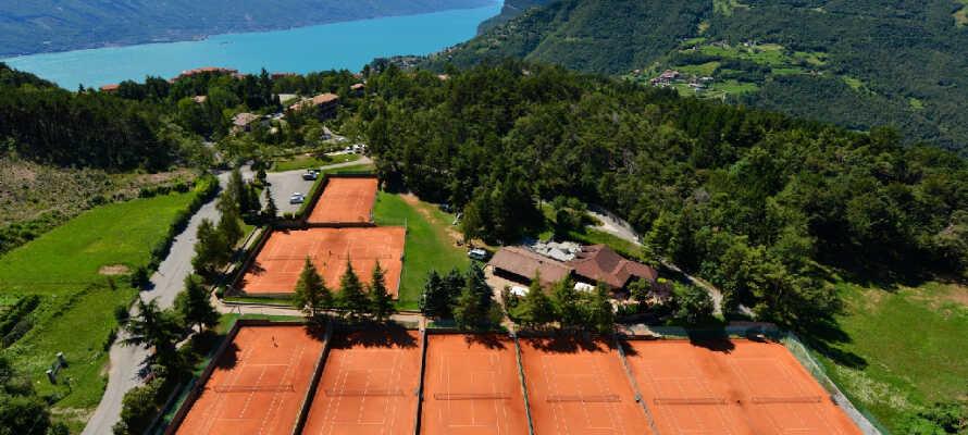 Unter den vielen sportlichen Aktivitäten gibt es Tennis. Das Hotel verfügt über zahlreiche Tennisplätze für Gäste.