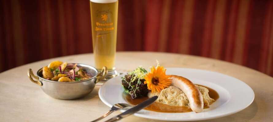 """Im Hotelrestaurant """"Malztenne"""" können Sie traditionelle Gerichte – natürlich mit einem selbstgebrauten Bier des Hotels -  essen"""