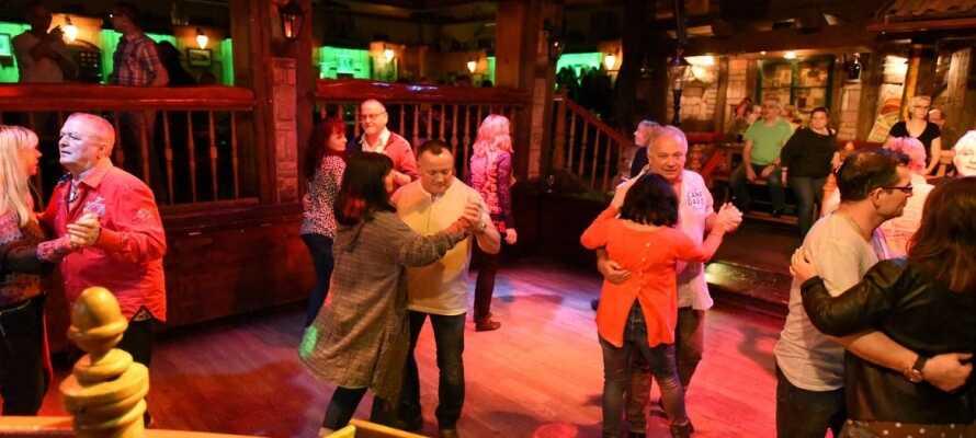 Under fredagar och lördagar bjuds det på musik och dans i hotellets bar och danslokal