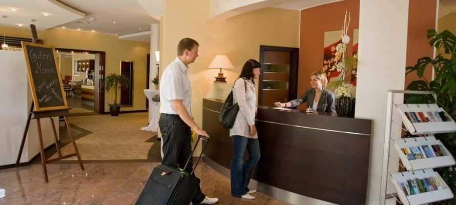 Check ind let og hurtigt i hotellets døgnåbne reception.