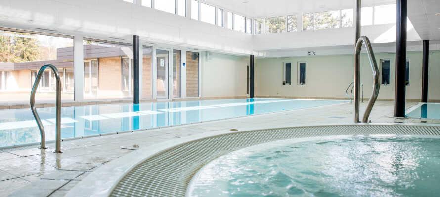 Bruk innendørsbassenget, boblebadet, dampbadet og badstuen i velværesområdet under oppholdet.