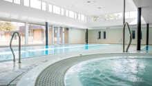 Nyt ferien på hotellets lille spa. Her er både innendørsbasseng, badstue, boblebad og dampbad, blant annet