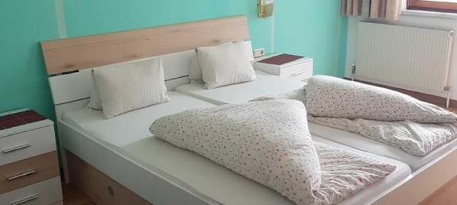 Här bor ni i bekväma och traditionella rum med balkong och utsikt över landskapets vackra vyer.