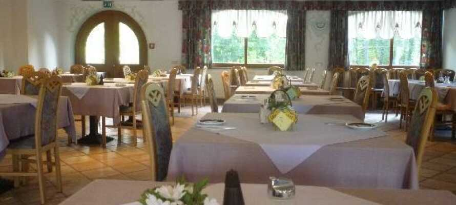 Prøv de lokale specialiteter i restauranten.