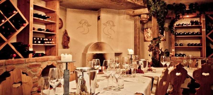 Spis middag i hotellets traditionelle restaurant og nyd et glas vin i vinkælderen