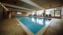 Hotellet har även en inomhuspool så att ni kan ta ett dopp oavsett väder.