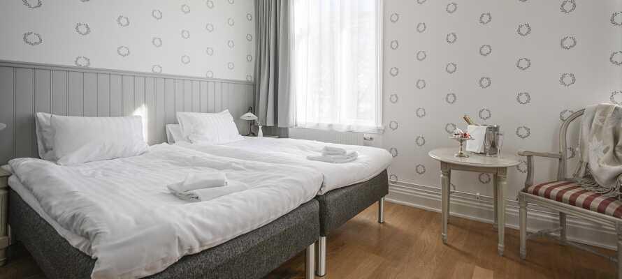 I bor på nyrenoverende værelser, som alle tilbyder flotte og komfortable rammer under opholdet.