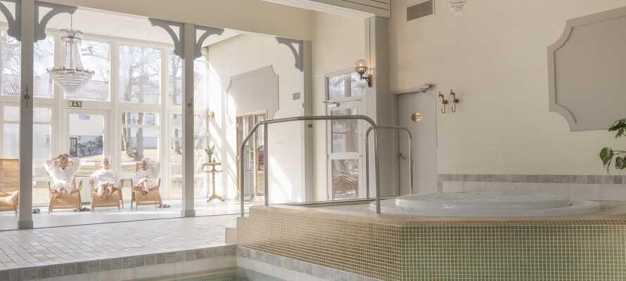 I har fri adgang til hotellets spaområde, som bl.a. omfatter swimmingpool, sauna og dampbad.