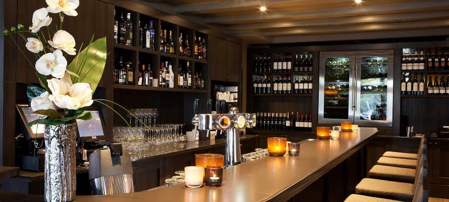 Slut dagen af med en drink eller et godt glas vin i hotellet bar