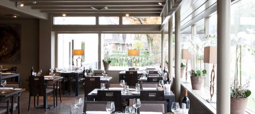I den indbydende restaurant kan I nyde et måltid mad inspireret af middelhavets cuisine.