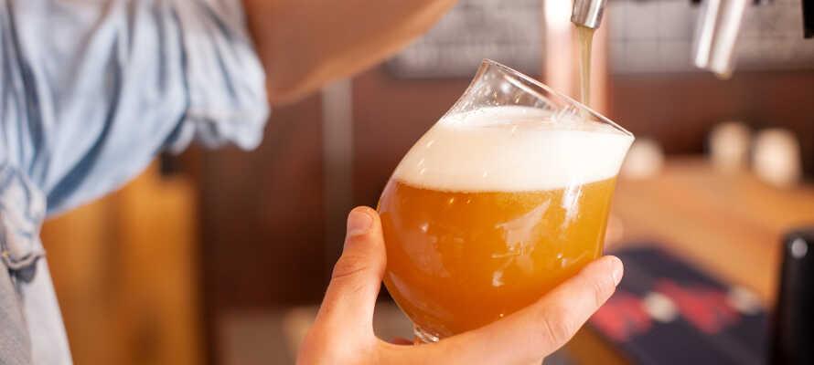 Dere kan spise middag på hotellet og nyte en kald øl i baren