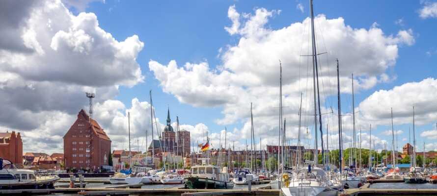 Opplev den maritime stemningen på havnen i Stralsund, hvor dere kan nyte en forfriskning.