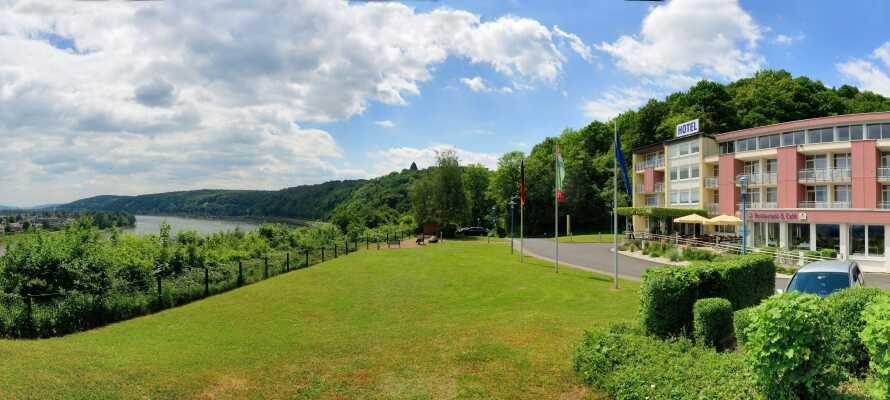Ringhotel Haus Oberwinter ligger ved Rhinens frodige bred mellem Siebengebirge og Ahrtal bjergene.