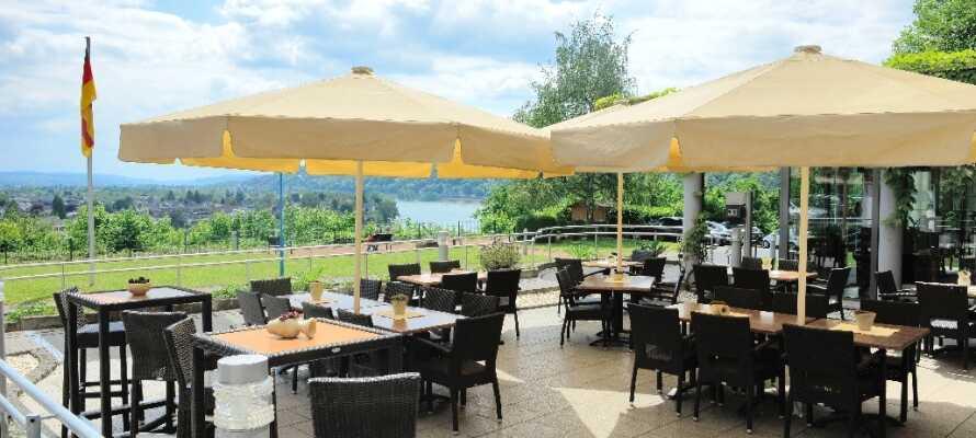 Tilbring eftermiddagen med en kop kaffe på hotellets terrasse og nyd den smukke udsigt til det grønne landskab.