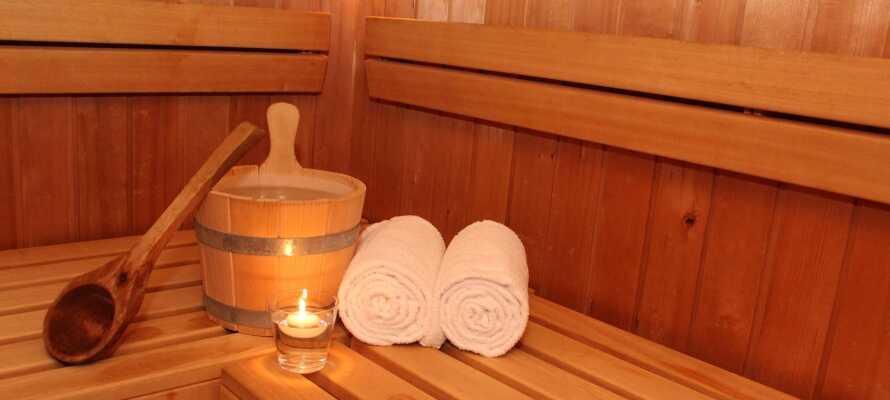 Hotellet har en liten velvære-avdeling, hvor dere bl.a. kan slappe av i badstuen og nyte en dukkert i det innendørs svømmebassenget.