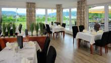 Hotellets restaurant serverer tyske spesialiteter og har en hyggelig terrasse med utsikt.