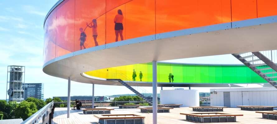 Upplev Århus i alla regnbågens färger. Regnbågen ligger på toppen av konstmuseet Aros.