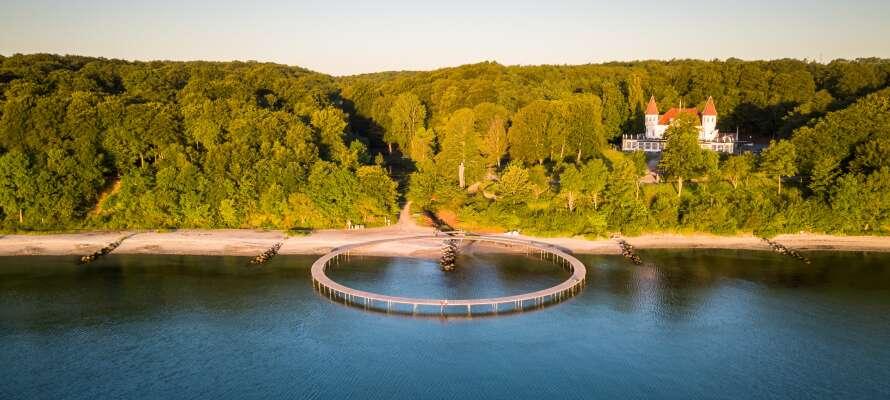 Njut av naturen runt den oändliga bron, som ligger vackert beläget vid Varna Palace.