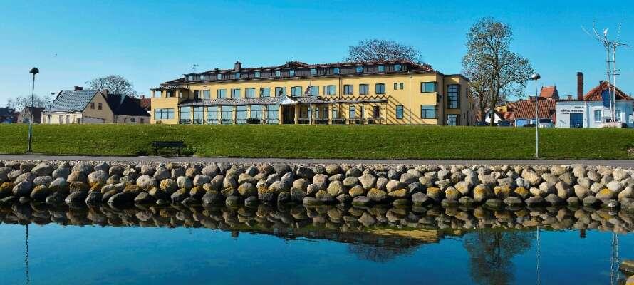 Hotell Svea ligger skønt på havnefronten, men samtidig centralt i den idylliske by Simrishamn.
