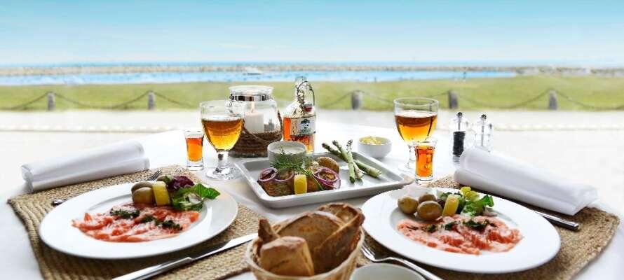 På hotellet kan I nyde en middag i smukke og rolige omgivelser med udsigt til havet.