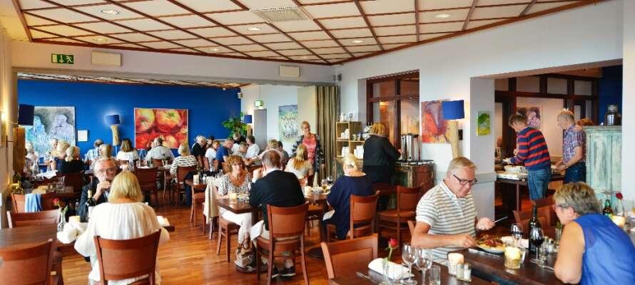 Restaurangen har havsutsikt och är populär även bland stadens invånare. Här hålls Ålagille, gåsamiddag och julbord.