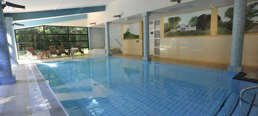 På dette hotellet i Oranjewoud kan dere benytte dere av det herlige velvære-området, hvor dere bl.a. har adgang til et innendørs svømmebasseng og jacuzzi.