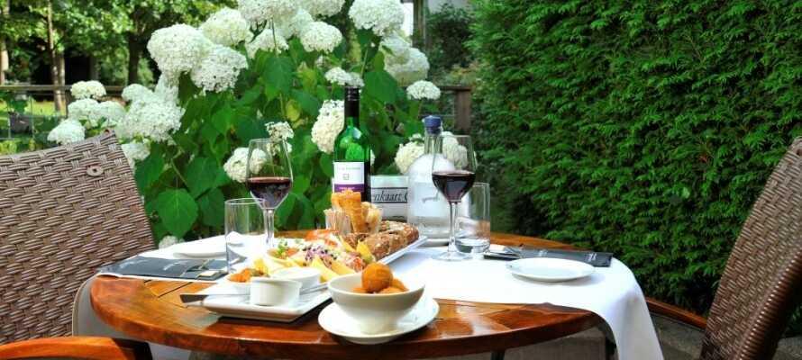 Nach einem ereignisreichen Tag können Sie im Hotelrestaurant oder auf der Terrasse entspannen und zu Abend essen.