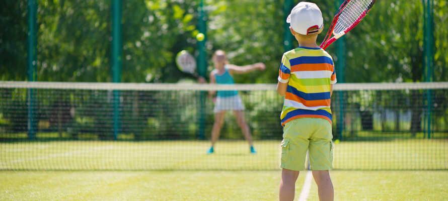 Du kan spela tennis, basket, fotboll och beachvolley på campingen