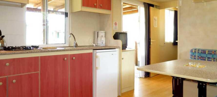 Alle mobilehomes har et lille køkken med spiseplads, så I selv kan lave mad