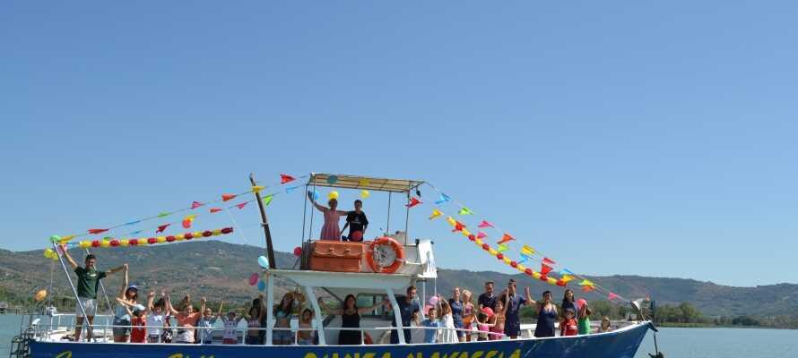 Fra campingplassen kan dere seile en tur på sjøen eller ta en dagsutflukt til den lille øya, Isola Maggiore