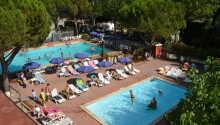 Der findes to swimmingpools på pladsen