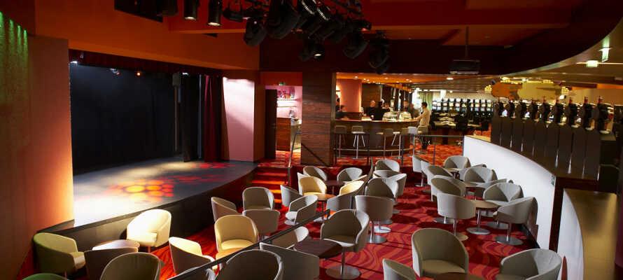 Der er adgang til kasinoet rundt om hjørnet fra hotellet, hvis I vil prøve lykken på kort eller roulette.