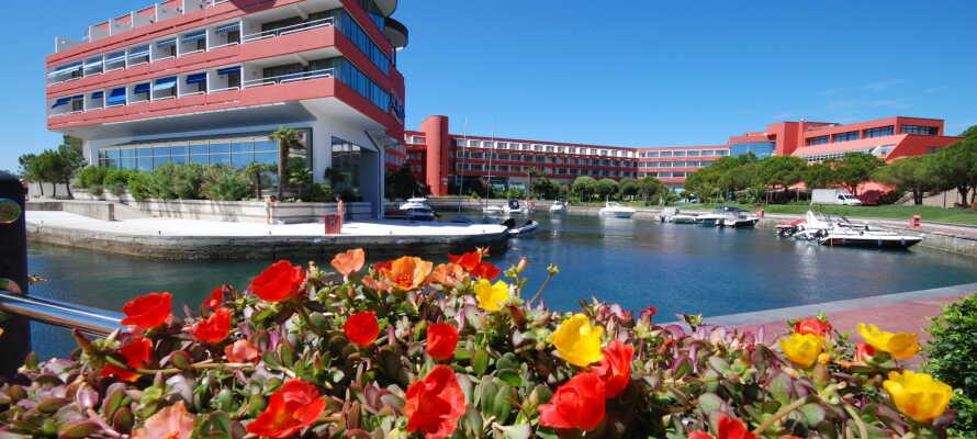 Der er en flot udsigt til hotellets egen lystbådehavn fra mange af hotellets værelser og fællesrum.
