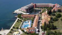 Hotellet ligger direkte ud til Adriaterhavet, og har en børnevenlig badestrand lige ved siden af