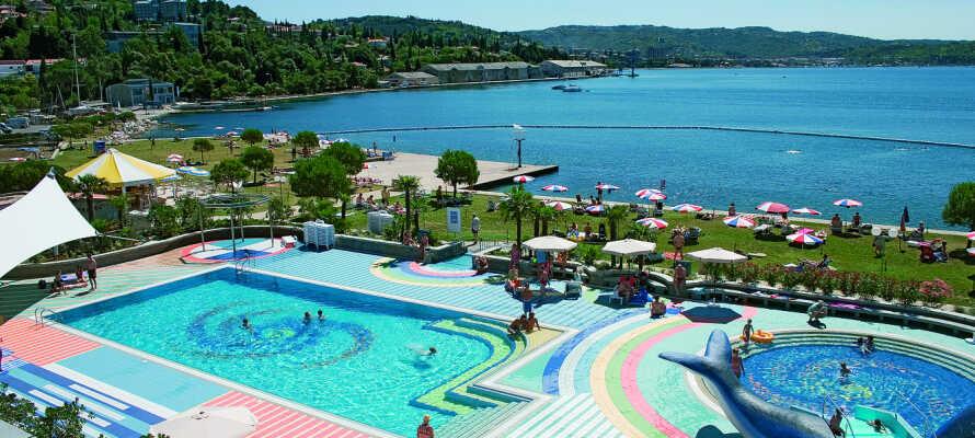 Alle som liker å bade vil elske hotellets utendørs bassenganlegg!