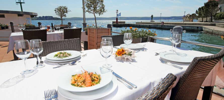 Middag kan nytes på den hyggelige terrassen med utsikt over havet.