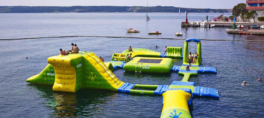 Genießen Sie den großen Swimmingpool des Hotels oder schwimmen Sie im Meer, nur einen Steinwurf vom Hotel entfernt.
