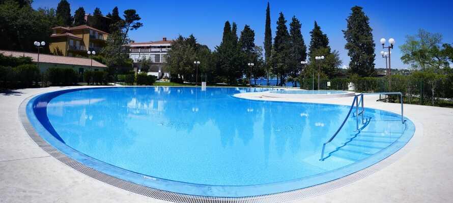 Das Hotel verfügt über einen Außenpool mit Salzwasser, wo Sie sich entspannen und Spaß haben können.