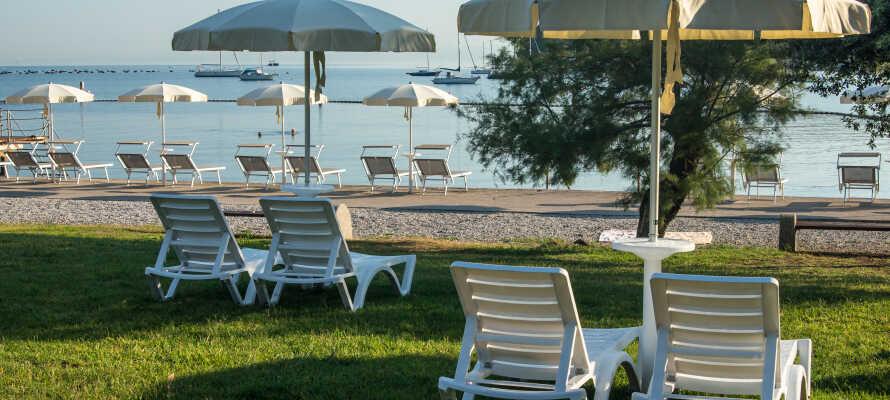 Hotellet är beläget i vackra omgivningar och nära stranden.